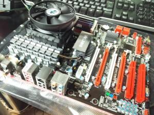 CPUとメモリを取り付けたマザーボード